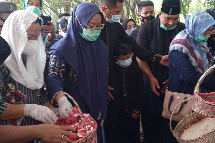 Bupati Bogor Ade Yasin bersama keluarga menghadiri pemakaman suami, Yanwar Permadi di Taman Makam Pahlawan (TMP), Pondok Rajeg, Cibinong, Kabupaten Bogor, Kamis (24/9/2020).