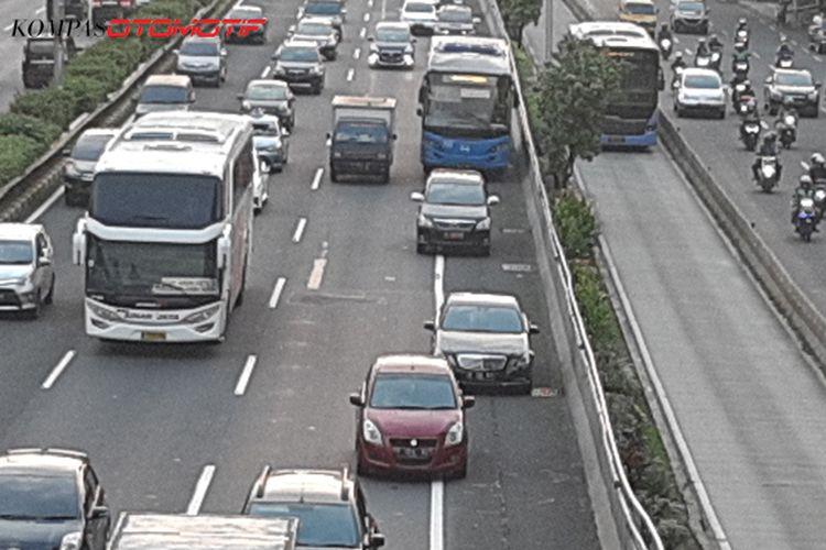 Ilustrasi ramai-ramai mobil pakai bahu jalan tol