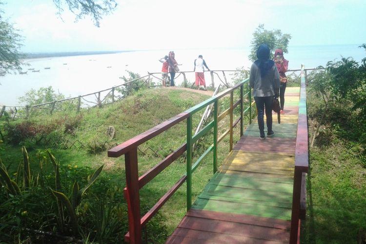 Selfie di jembatanyang ada di obyek wisata Watu layar. Kompas.com /Slamet Priyatin