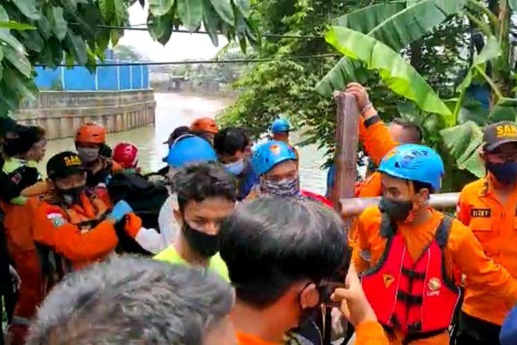 Tim SAR Gabungan mengevakuasi jenazah Dila (10) pada Selasa (6/10/2020) di Kali Angke Hulu, Jakarta Barat. Dila diketahui hanyut sejak Sein (5/10/2020) sore.
