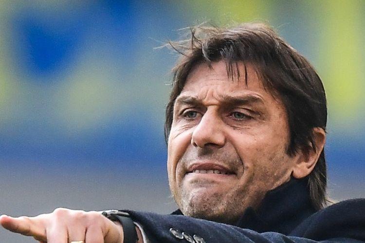 Pelatih kepala Inter Milan, Antonio Conte memberikan instruksi selama pertandingan sepak bola Serie A Italia Inter Milan vs Cagliari pada 26 Januari 2020 di stadion San Siro di Milan.