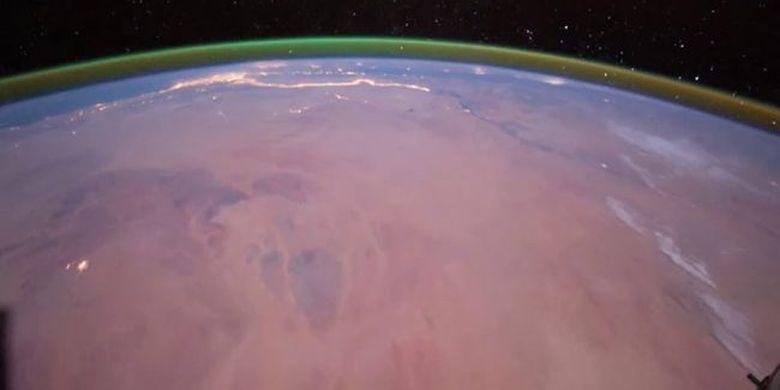 Gambar ini diambil oleh astronot di Stasiun Luar Angkasa Internasional (ISS) pada tahun 2011, cahaya hijau tipis yang merupakan oksigen terlihat di atas kurva Bumi. Di permukaan Bumi, tampak permukaan kawasan Afrika Utara yang disinari lampu malam sepanjang Sungai Nil.
