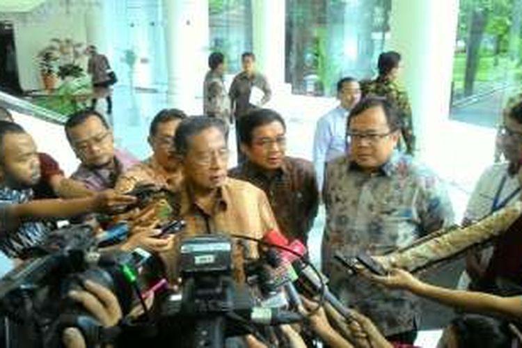 Menteri Koordinator Perekonomian Darmin Nasution, Menteri Keuangan Bambang Soemantri Brodjonegoro, dan Ketua Otoritas Jasa Keuangan Muliaman Hadad