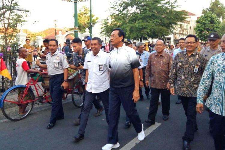 Gubernur DIY Sri Sultan HB X saat berjalan di Malioboro ditemani Walikota Yogyakarta Haryadi Suyuti untuk memantau uji coba semi pedestrian pada Selasa (18/6/2019).