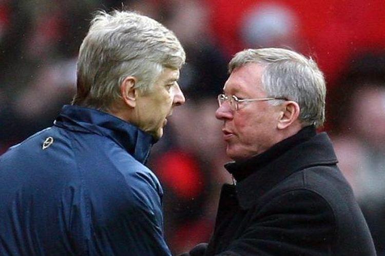 Arsene Wenger berbicara dengan Sir Alex Ferguson saat Manchester United melawan Arsenal pada partai Premier League di Stadion Old Trafford, 14 April 2008.