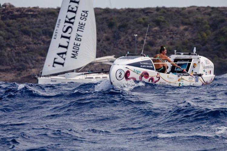 Jasmine Harrison (21) menyelesaikan perjalanan menyeberangi samudra atlantik dalam waktu 70 hari, tiga jam dan 48 menit dan menjadi rekor terbaru dunia untuk perempuan termuda yang mendayung sendirian di lautan.