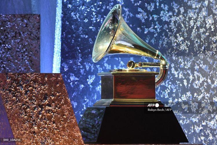 Sebuah patung trofi Grammy Awards dipajang pada penyelenggaraan Grammy Awards ke-61 di Los Angeles, California, pada 10 Februari 2021.