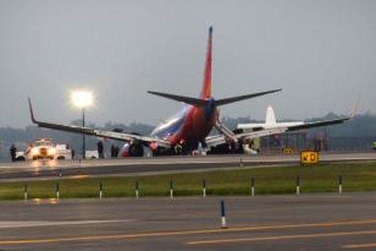 Pesawat terbang Boeing 737 milik Southwest Airlines tergelincir di bandara LaGuardia, New York setelah mengalami kerusakan roda pendarat. Insiden ini mengakibatkan 10 orang terluka.