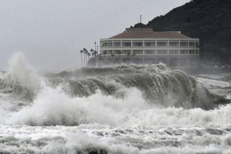 Gelombang tinggi menghantam pantai di Miyazaki, Jepang barat daya, setelah Badai Krosa mendekati wilayah daratan negara itu, pada Selasa (13/8/2019).