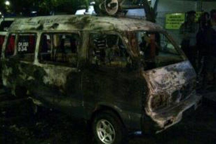 Mobil milik Binmas Polres Probolinggo dibakar massa yang tidak puas dengan hasil Pilwali Probolinggo, Sabtu (31/8/2013).