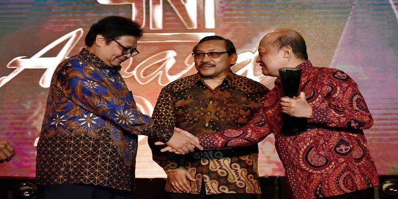 Menteri Perindustrian, Airlangga Hartarto, menyerahkan piala Anugerah Platinum yang ketiga kalinya selama 3 tahun berturut-turut kepada Dirut Pupuk Kaltim, Bakir Pasaman.