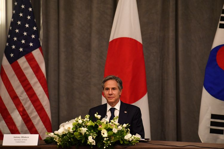 Menteri Luar Negeri Amerika Serikat Anthony Blinken saat pertemuan trilateral dengan Jepang dan Korea Selatan, di sela-sela rapat G7 di London pada Rabu (5/5/2021).