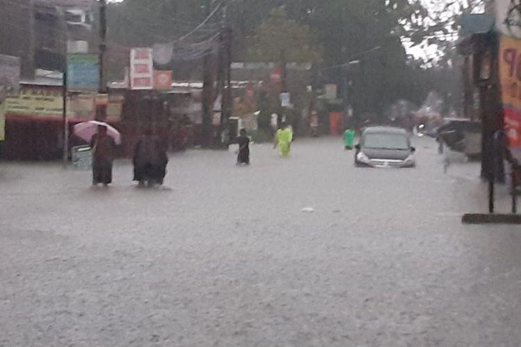 Banjir merendam kompleks perumahan Masnaga Bintara, Bekasi Barat pada Rabu (1/1/2020).
