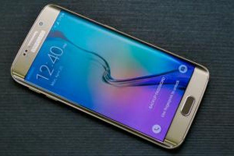 Sisi depan Galaxy S6 Edge tampak manis dengan layar berlekuk dan balutan material premium logam dan kaca Gorilla Glass 4