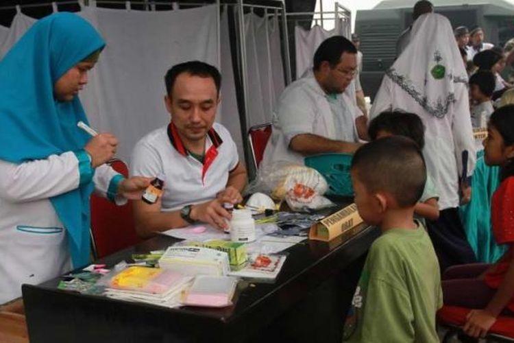 Suasana pengobatan di posko bakti sosial pelayanan kesehatan masyarakat korban kabut asap di Palangkaraya, Kalimantan Tengah (27/10/2015). Meski hujan deras mengguyur Kota Palangkaraya malam sebelumnya, kabut asap pekat masih menyelimuti Bumi Tambun Bungai.