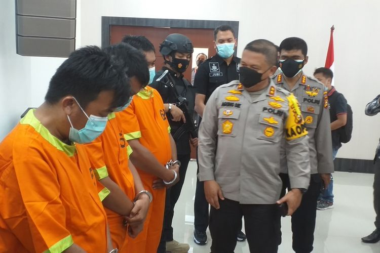Kapolda Riau Irjen Pol Agung Setya Imam Effendi menginterogasi ketiga pelaku teror, IP, DW dan KO, usai menggelar konferensi pers di Mapolda Riau di Jalan Pattimura, Kota Pekanbaru, Riau, Jumat (12/3/2021).