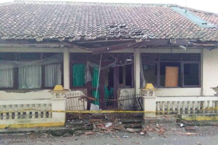Sebuah ledakan terjadi di depan gedung Kantor Urusan Agama (KUA) Sidareja, Jalan Masjid nomor 5, Desa/Kecamatan Sidareja, Kabupaten Cilacap, Jawa Tengah, Rabu (5/7/2017) sekitar pukul 03.00 WIB.