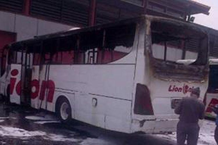 Bus Lion Air dengan nomor body 06 yang habis terbakar di parkiran apron Terminal 1A Bandara Soekarno Hatta, Kamis (26/9/2013).