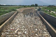 Pemandangan Tak Sedap Sungai Cikeruh Saat Mengering: Tumpukan Sampah Mengendap