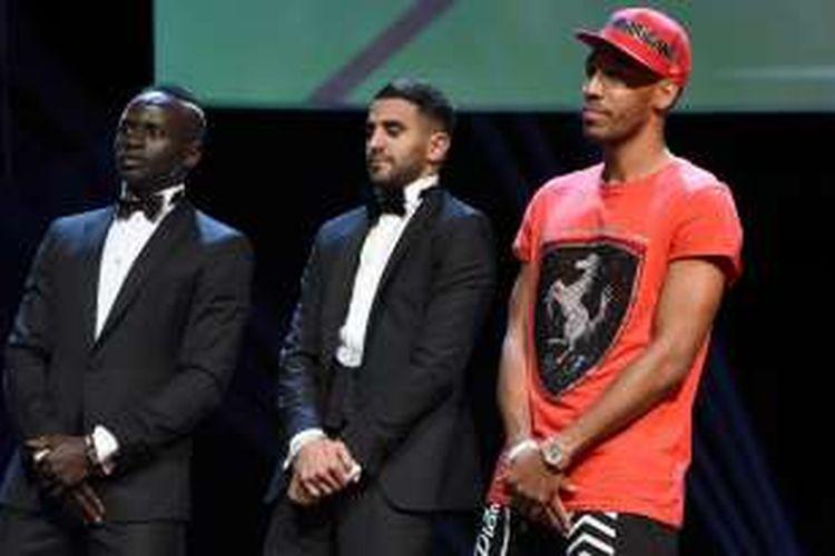 Penyerang Borussia Dortmund, Pierre-Emerick Aubameyang (kanan), hanya menggunakan pakaian kasual saat menghadiri acara seremoni Pemain Terbaik Afrika 2016, di Abuja, Nigeria, Kamis (5/1/2017).