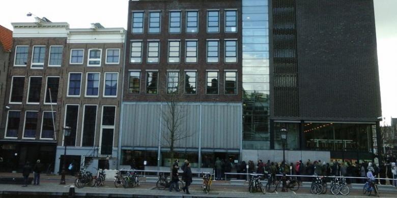 Rumah Anne Frank terletak persis di tepi kanal Prinsengraht, Belanda.