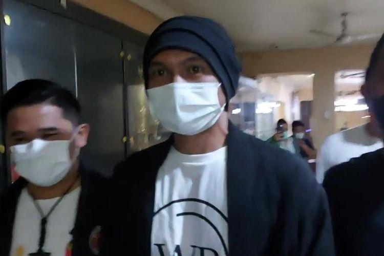 Musisi Anji jalani cek kesehatan di Mapolres Jakarta Barat pada Senin (14/6/2021). Pemeriksaan dilakukan terkait dugaan penyalahgunaan narkotika.