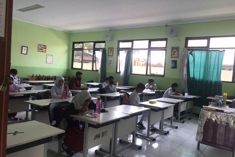 Murid SMPN 02 Bekasi saat istirahat dalam pembelajaran tatap muka, Senin (3/8/2020).