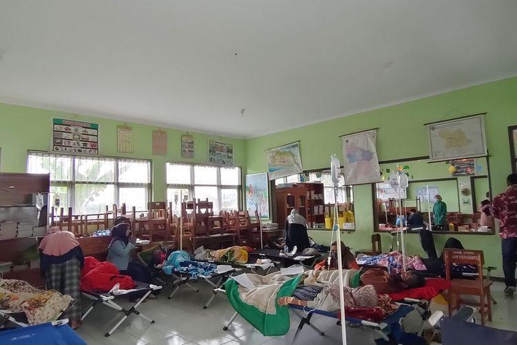 Warga Kelurahan Karikil, Kecamatan Mangkubumi, Kota Tasikmalaya yang keracunan nasi kuning di acara ulang tahun tengah dirawat di ruang darurat SD Puspasari dekat Puskesmas Mangkubumi, Kota Tasikmalaya, Kamis (8/10/2020).
