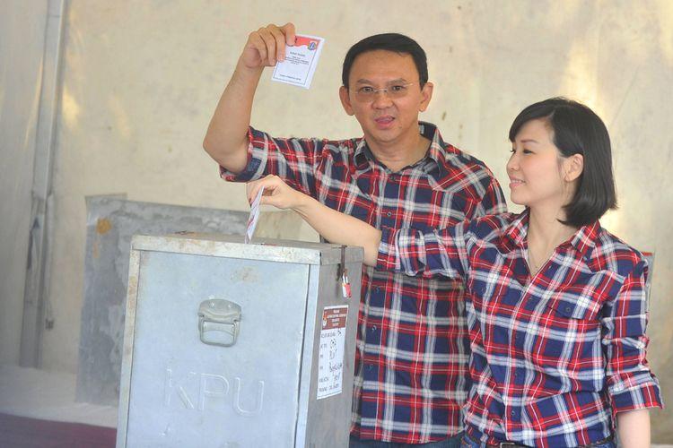 Basuki Tjahaja Purnama atau Ahok didampingi istrinya Veronica Tan menggunakan hak pilihnya dalam Pilkada DKI Jakarta 2017 di TPS 54 Pantai Mutiara, Penjaringan, Jakarta Utara, Rabu (15/2/2017).