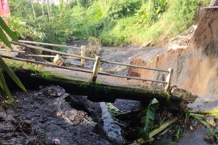 Jembatan di Desa Kertosari Kecamatan Pakusari yang ambruk setelah diguyur hujan selama dua hari