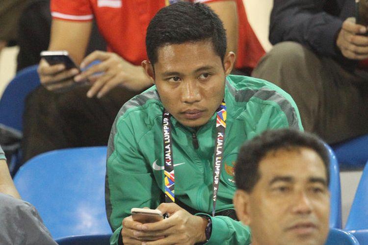 Ekspresi Evan Dimas saat menyaksikan laga timnas U-22 Indonesia kontra timnas U-22 Vietnam dari tribune Stadion MP Selayang, Selangor, 22 Agustus 2017.
