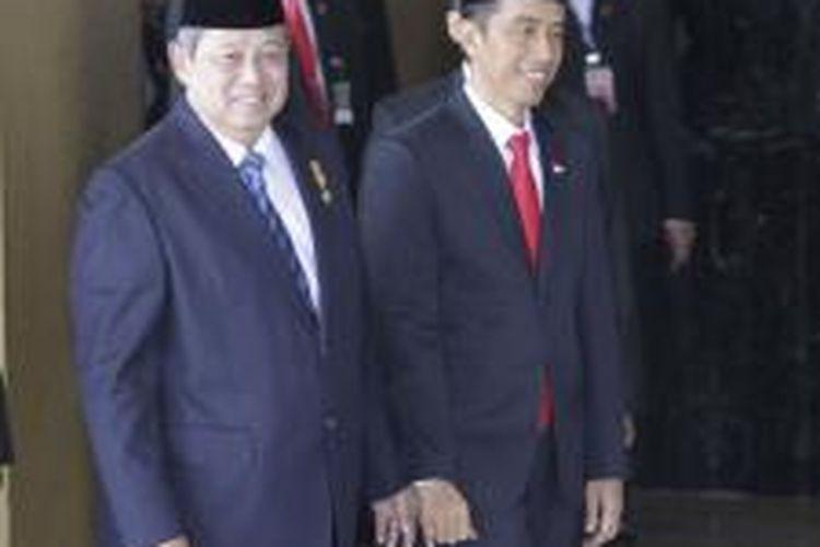 Presiden Susilo Bambang Yudhoyono dan Presiden terpilih Joko Widodo (kiri ke kanan) berfoto bersama sebelum memasuki  Ruang Rapat Paripurna I, Gedung Nusantara, Senayan, Jakarta, Senin (20/10/2014). Hari ini Presiden dan Wakil Presiden terpilih, Joko Widodo-Jusuf Kalla, dilantik menjadi Presiden dan Wakil Presiden untuk periode 2014-2019.