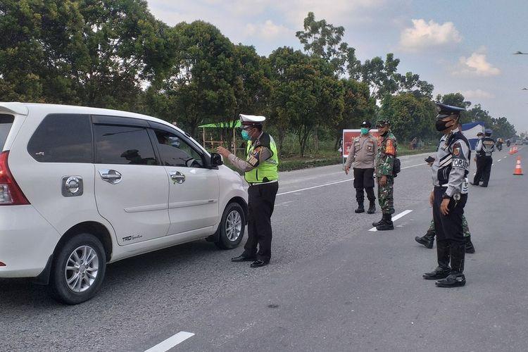 Petugas gabungan melakukan pemeriksaan kepada setiap kendaraan yang masuk ke Kota Pekanbaru, Riau, untuk mencegah penyebaran Covid-19, di perbatasan Pekanbaru-Kampar beberapa waktu lalu.