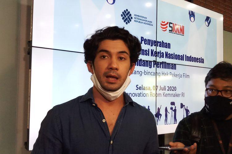 Aktor Reza Rahadian saat menghadiri acara peresmian Standar Kompetensi Kerja Nasional Indonesia (SKKNI) Bidang Perfilman di Kementerian Ketenagakerjaan, Jakarta, Selasa (7/7/2020).