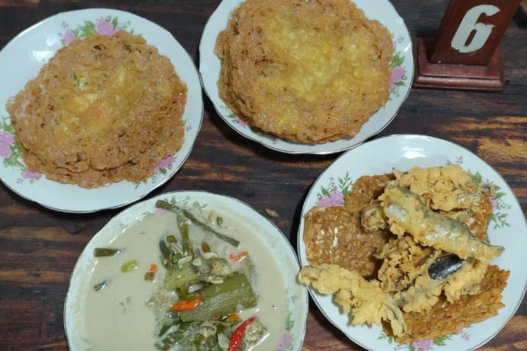 Hidangan makanan dan lauk pauk di Warung Kopi Klotok yaitu telur krispi, sayur lodeh, pindang goreng, tempe garit dan lainnya.