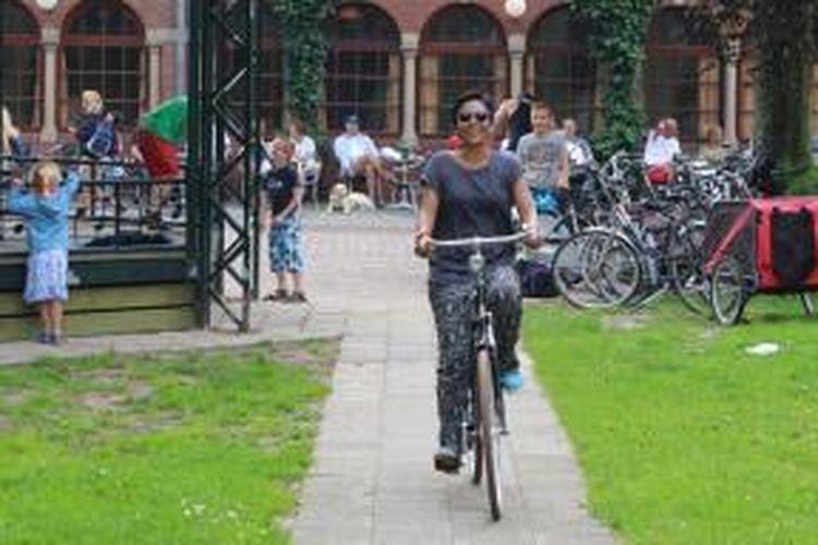 Pada Desember 2013, berita bahagia datang dari StuNed. Keinginan Galuh untuk menimba ilmu Online Journalism di RNTC, Hilversum, Belanda, selama enam minggu itu akhirnya tercapai.
