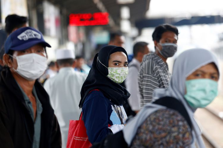 Penduduk Jakarta memakai masker di Stasiun Tanah Abang pada Kamis (27/2/2020), menyusul maraknya penyebaran virus corona yang berasal dari China.