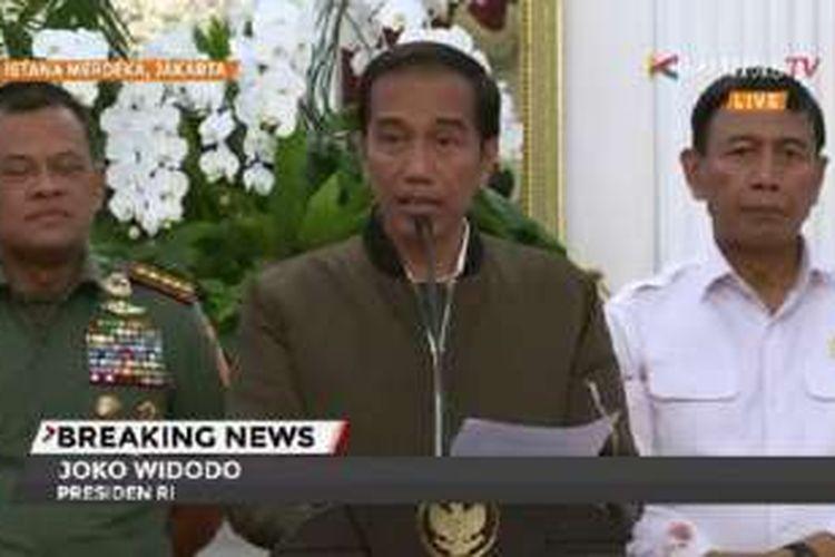 Presiden Joko Widodo menyampaikan pernyataan terkait demo 4 November 2016 di Istana Merdeka, Jakarta, Sabtu (5/11/2016) dini hari.