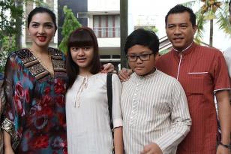 Anang Hermansyah dan Ashanty beserta Aurel dan Azriel, anak-anak Anang dari perkawinan dengan Krisdayanti, mendatangi Masjid Al Falah untuk menyerahkan satu ekor sapi sebagai hewan kurban dari keluarga mereka di Taman Bona Indah, Jakarta Selatan, Jumat (26/10/2012).
