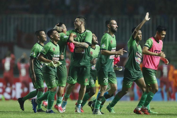 Para pemain PS TNI merayakan kemenangan atas PSM Makassar pada partai Liga 1 di Stadion Pakansari, Cibinong, Senin (15/5/2017).