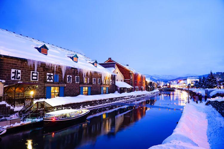 Kanal Otaru saat musim dingin dengan gudang tua di pinggirnya, destinasi menarik di Hokkaido, Jepang, (2/2019).