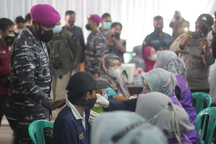 Komandan Lantamal lll Brigjen TNI (Mar) Umar Farouq meninjau kegiatan vaksinasi Covid-19 dosis pertama balai Desa Batulawang, Kecamatan Cipanas, Cianjur, Jumat (24/9/2021).