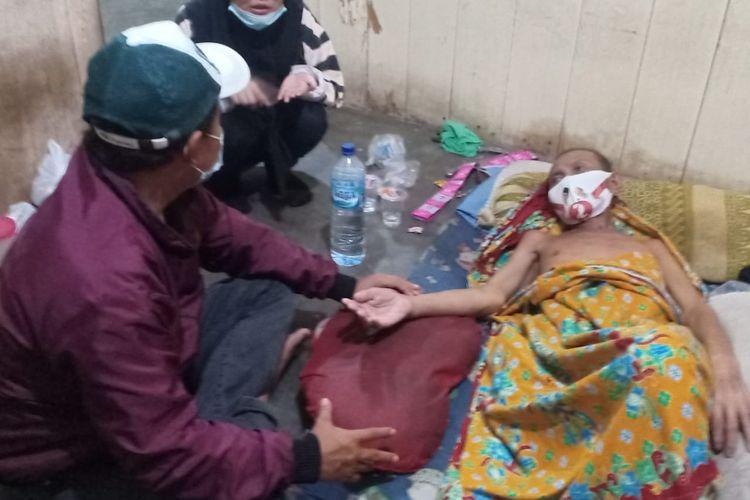Keluarga Yusi dan Nasution saat menerima kunjungan komunitas Kumal Nunukan, Yusi mengambil alih tanggung jawab ayahnya sejak pandemi covid19, ibunya meninggal karena paru paru, sementara ayahnya didiagnosa kebocoran jantung (Ayyub)