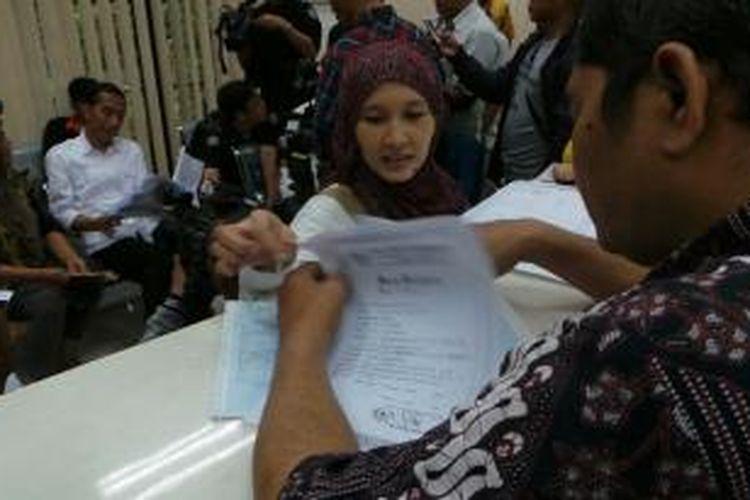Gubernur DKI Jakarta Joko Widodo melakukan sidak ke Kelurahan Pondok Bambu, Jakarta Timur, Kamis (18/7/2013). Ia datang saat pelayanan di kantor tersebut berjalan seperti biasa.