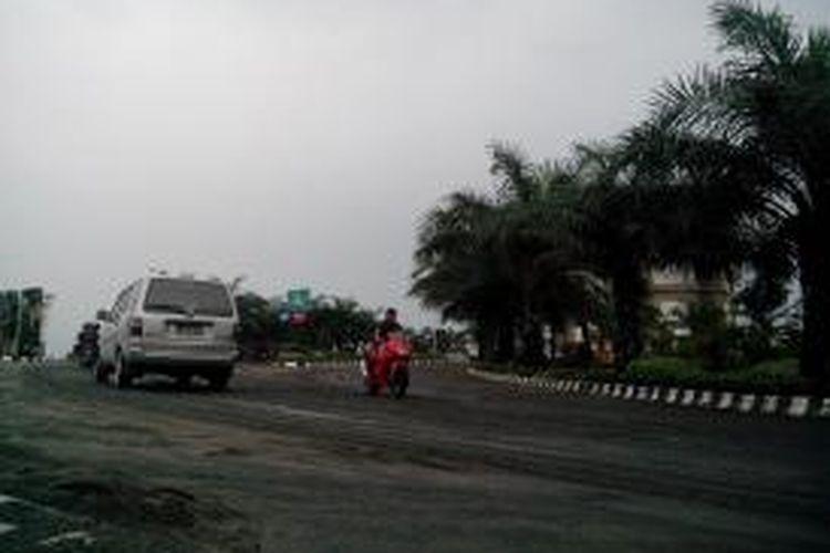 Suasana kawasan Simpang Lima Gumul Kabupaten Kediri, Jawa Timur, sesaat setelah turun hujan, Sabtu (15/2/2014).