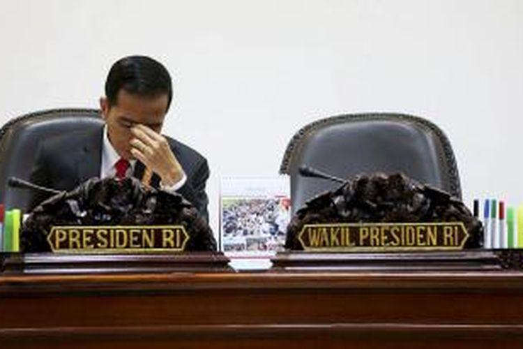 Presiden Joko Widodo saat memimpin rapat terbatas terkait pembentukan daerah otonom baru di Kantor Presiden, Jakarta, Rabu (8/7/2015). Presiden Joko Widodo dinilai banyak memanfaatkan momentum pergantian sejumlah pimpinan lembaga negara untuk mengonsolidasi kekuasaannya.
