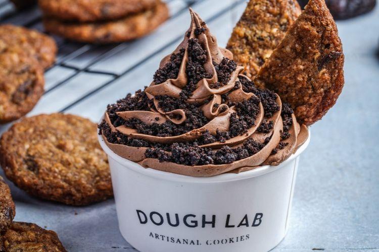 Chocolate creamy soft serve ice cream dari Dough Lab.