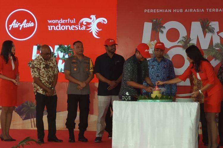 Proses pemotongan tumpeng saat peresmian hub terbaru AirAsia di Lombok oleh gubernur Nusa Tenggara Barat Zulkieflimansyah Kamis (2/5/2019).
