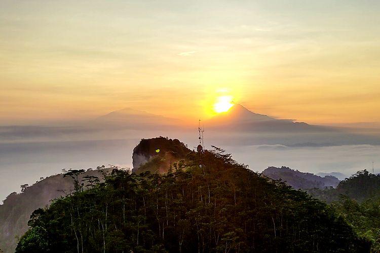 Keindahan sunrise dilihat dari Gunung Kendil Kulon Progo.