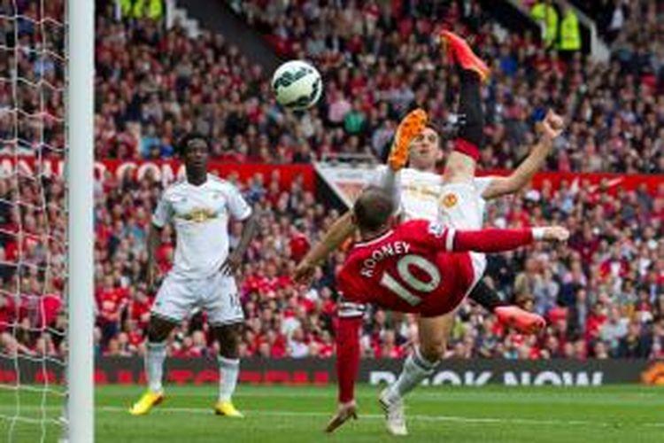 Gol salto Wayne Rooney di menit ke-23 menyamakan kedudukan Manchester United vs Swansea City 1-1 pada laga perdana Liga Inggris musim 2014/2015 di Stadion Old Trafford, Sabtu (16/8/2014).